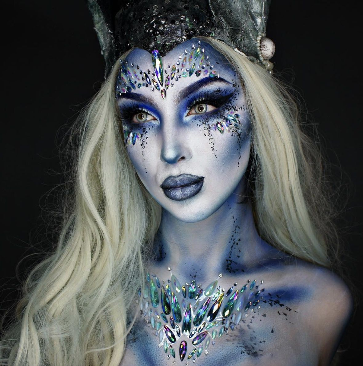41 Most Jaw-Dropping Halloween Makeup Ideas That Are Still Pretty: Ice Queen Makeup - Click though to see more awe inspiring pretty Halloween makeup looks, gorgeous Halloween makeup and Halloween costumes. #halloweenmakeup #halloweenmakeuppretty #halloweencostumes #halloweenmakeupinspo #icequeenmakeup