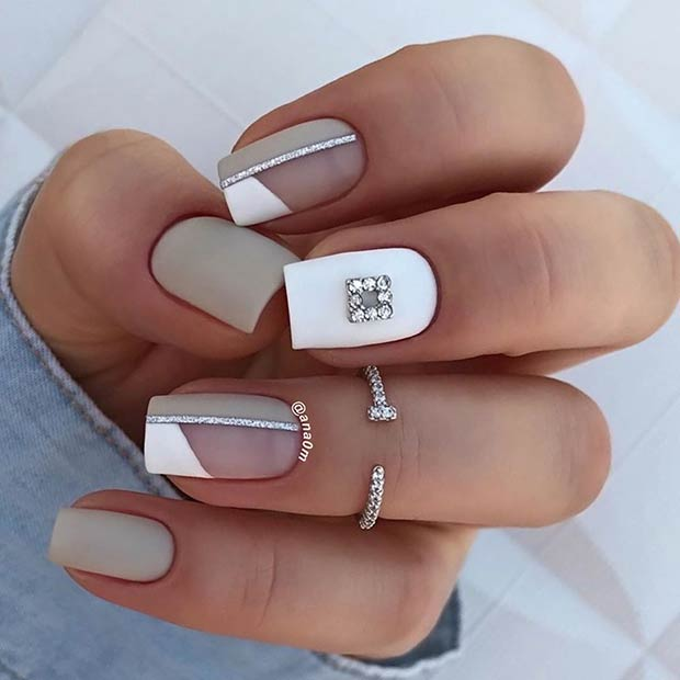 Ongles gris courts blancs